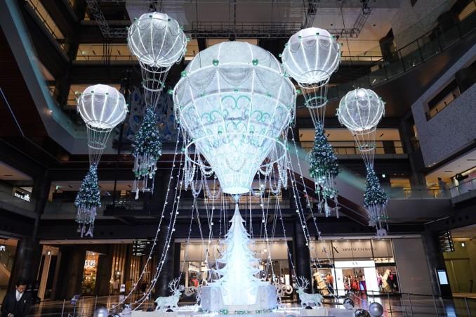 気球のツリーで旅気分 早くもクリスマスの飾り