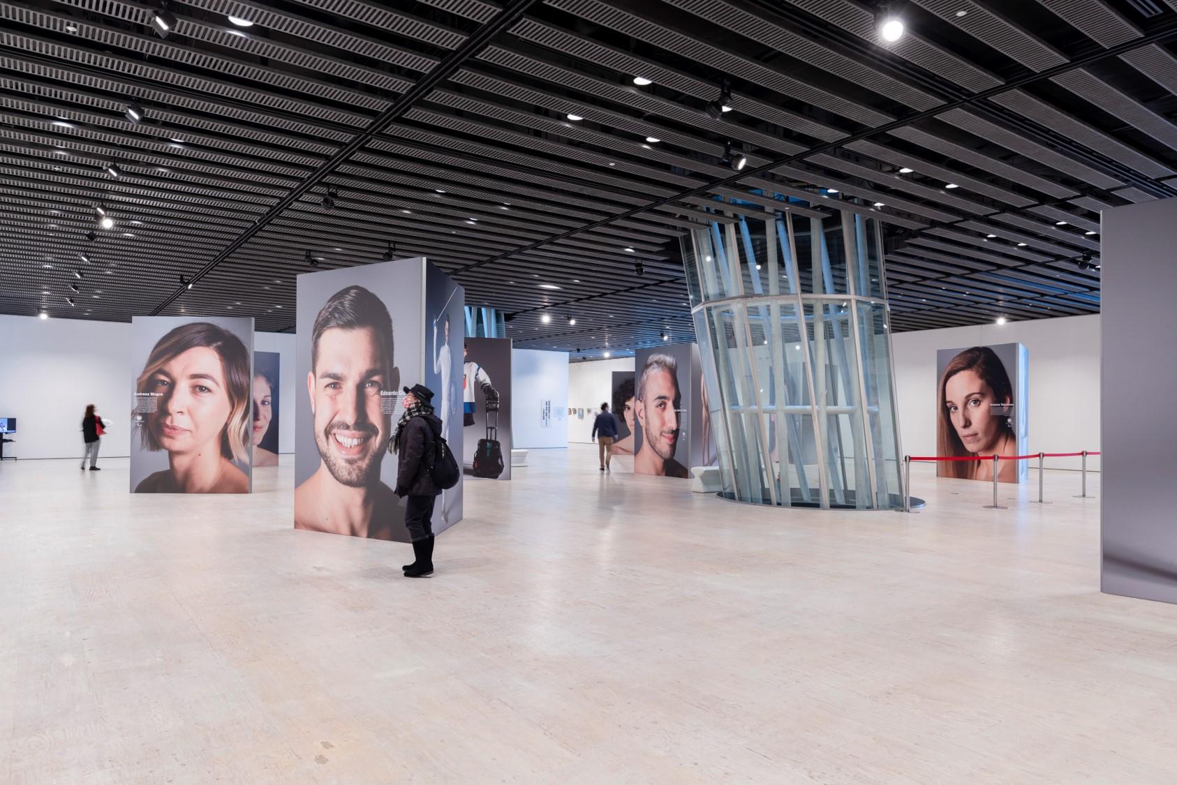 ユニホーム姿と表情と裸体を同時展示 パラスポーツ選手写真展、仙台市と矢掛町で