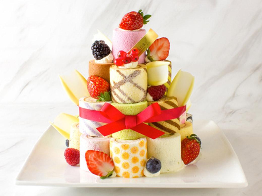 自由な発想で積み上げて ロールケーキで作るカラフルなタワー