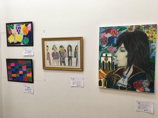 障がいがある人が描いた絵画の展覧会 「目が不自由な人」の作品も展示